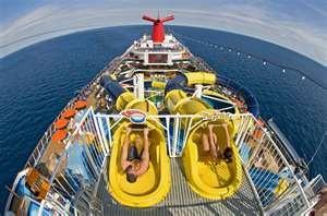 Wie is er het eerste van de lange glijbaan aan boord van het cruiseschip van Carnival Cruise?
