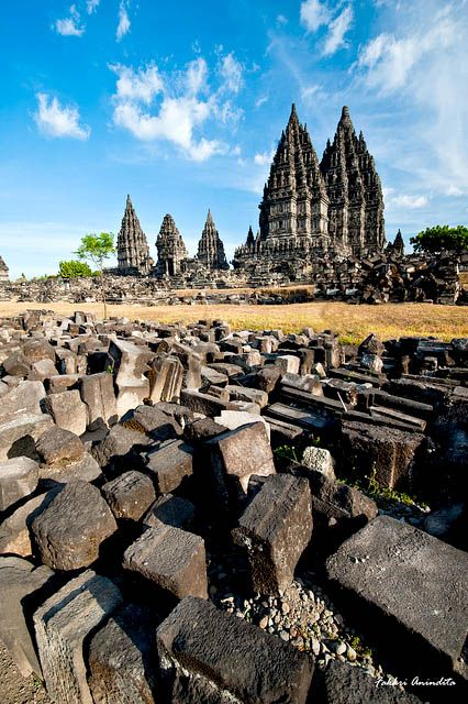 . Grouping and identification of rubble stones carried in more detail. In 1918, restoration of the Prambanan temple was resumed under the supervision of the Department of Antiquities (Oudheidkundige Dienst) led by PJ Perquin.