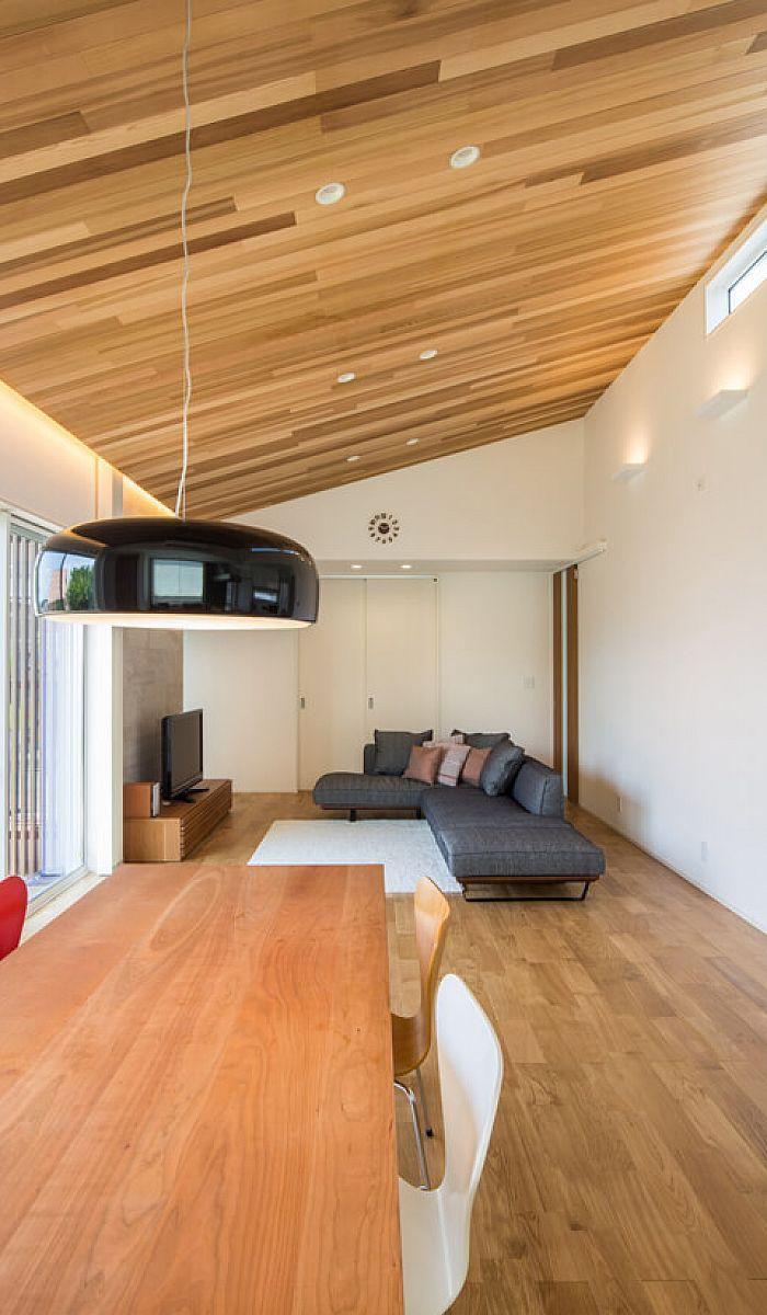 25帖のldkの勾配天井とつられたflosのペンダント照明 リビング