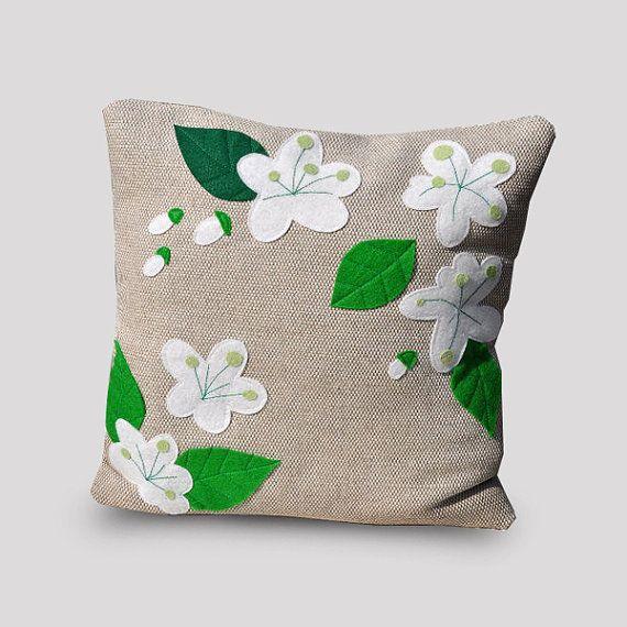 Coussin décoratif, Fleurs de pommier, printemps, fleurs, déco salon, salle de séjour, housse coussin, appliqué, lin naturel, feutre, OOAK