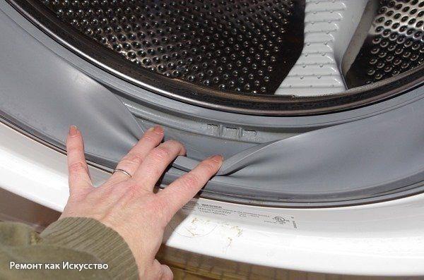 Чистка стиральной машины от плесени.  В стиральной машинке время от времени появляется плесень. В интернете нашла несколько способов избавления от неё, которые, в общем-то, сводятся к обработке внутренностей машинки средствами, содержащими хлор.  Сначала использовала для этих целей исключительно «Доместос», а затем поняла, что любые современные чистящие средства дают тот же эффект. Поэтому чищу тем жидким средством, которое в данный момент есть под рукой.  Вам понадобится: Жидкое чистящее…