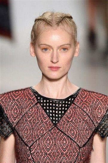 Treccine sulla nuca e ombretto arancione da Custo Barcelona New York Fashion Week Autunno Inverno 2015-2016: tutte le tendenze beauty dalla Grande Mela