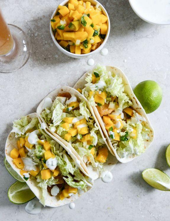 #Tacon vegetariani davvero originali, farciti con cubetti di #mango, #insalata e verdura cruda con una salsina allo yogurt e lime!  #veg #texmex #recipe