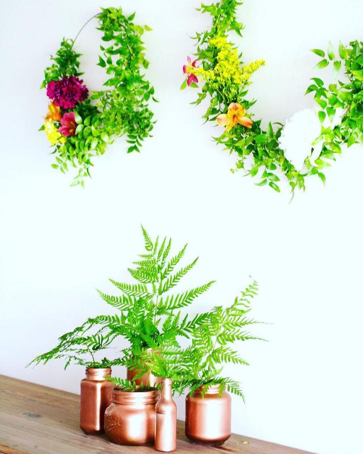 Preparando para mañana un rincón con tres de las últimas tendencias:  helechos cobre y argollas con follaje y flores. Sabías que los frasquitos son reciclados? Te gustaría el paso a paso de como hacerlos?  #arreglosflorales2017 #tendencias2017 #ambientacion2017 #ambientaciondebodas #ambientaciondeeventos #bodas #casamientos2017 #greenery #follaje #botanical #diy