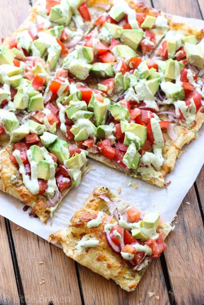 Mal eine ganz andere Pizza: Avocado Pizza. Zutaten für die Pizza: 1 Blätterteig, 1 ½ Avocados, 2 Tomaten, ½ rote Zwiebel, 1 ½ Tassen geriebener Käse. Bestreiche den Pizzateig mit grüner Pesto.  Zum Schluss Avocado Sauce über die Pizza geben. Zutaten für die Sause: ½ Tasse Mayo, ½ Becher Sauerrahm, 2 El. Milch, 1 grüne Zwiebel, grob gehackt, 2 Knoblauchzehen, ½ Tasse Koriander, grob gehackt, 1 Avocado, Spritzer frischen Zitronensaft, Salz und Pfeffer. Noch mehr Rezepte gibt es auf…