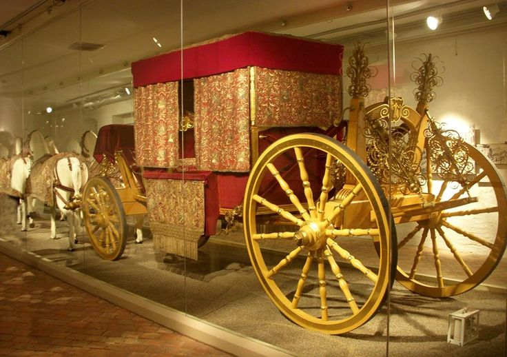 17 oktober 1650 Drottning Kristina sitt kroningsintåg i en kortege med närmare 1500 hästar. färdades i röd kaross, täckt av glänsande broderier i guld, silver och silke, förspänd med 6 vita hästar