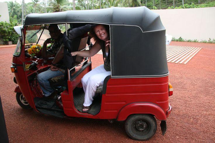 Met de tuk tuk naar het centrum van Tangalle. www.namaste-reizen.nl/rondreizen/srilanka