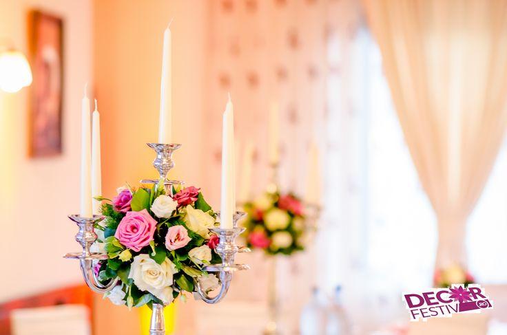 Aranjament floral pe sfesnic argintat cu lumanari #candelabraflowers #floripesfesnic #sfesnic