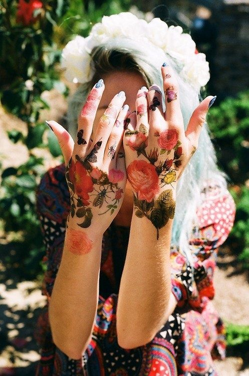 I love the style of the flowers but they look so creepy on her hands!