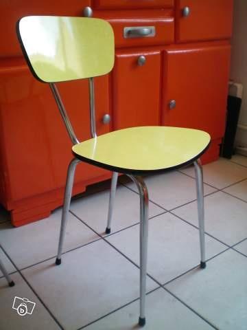 Les chaises en formica, les nòtres étaient rouges, bleues, jaunes