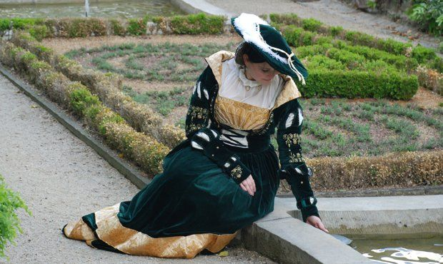 grünes Cranach-Kleid   Lots of Cranach gowns with detailed .pdfs... all in German