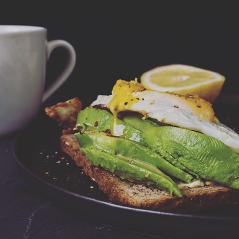 Good morning lovely people!!! ☀️ Today we are having late breakfast  and who doesn't love a toast with avocado, lemon, chili flakes and a fried egg?  Just perfection ✨ Have a wonderful Sunday!!
