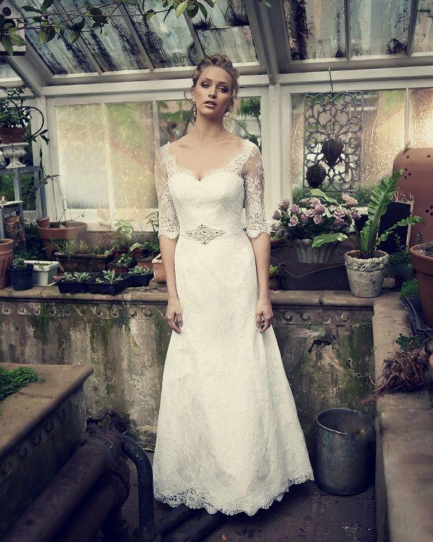 Elbeth Gillis - This elegant #wedding dress gives a nod to old-school glamour