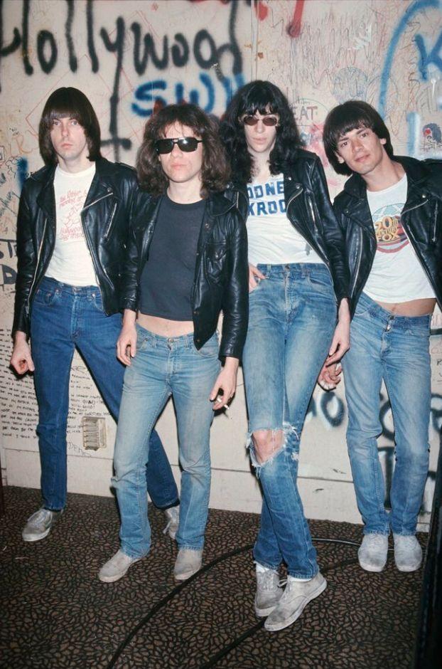Si eres fan de los Ramonos seguro conoces estas historias, pero si eres de esos que tiene una playera, un poster, un dibuj, una estampa, o ropa como de los Ramones, estas historias son indispensables para que no quedes como un poser. #PinCCmúsica #Ramones #Música #Punk