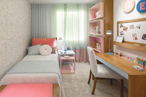"""Um quarto feminino criado por Julyana Bortolotto. """"Com inspiração em Paris, uma menina apaixonada por esta cidade ganha um quarto para brincar, estudar, relaxar, dormir e sonhar. Cores alegres e suaves compõem um ambiente aconchegante e cheio de personalidade"""", descreve."""