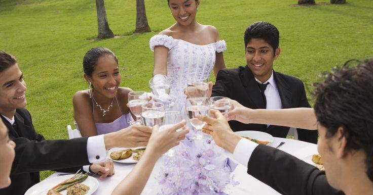 ¿Cuál es el regalo adecuado para unos XV años?. Los quince años de una niña hispana marcan un momento importante en su vida, por lo que encontrar un regalo para corresponder a esta ocasión puede ser igual de importante. La ceremonia de quince años es similar a un Bar o Bat Mitzvah, o una fiesta de cumpleaños de dulces dieciséis, y se celebra para conmemorar el cumpleaños número 15 de una niña. ...