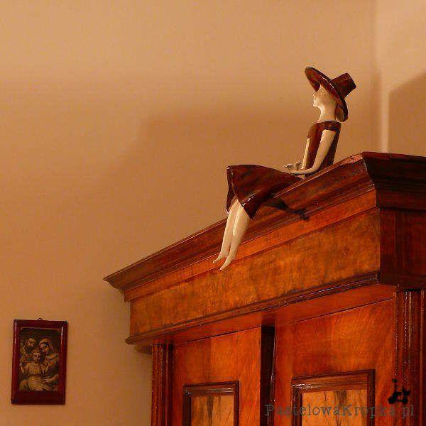 Figurka na szafie