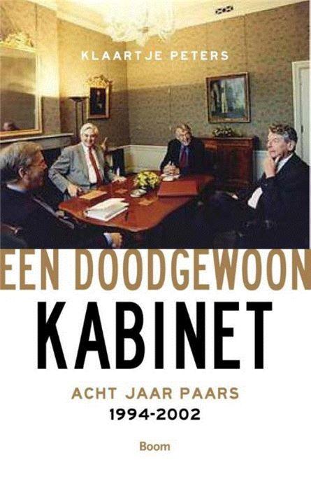Een doodgewoon kabinet  Bijna een eeuw lang waren Nederlandse coalitieregeringen afhankelijk van de medewerking van christelijke partijen. In 1994 bleek dat het anders kon. Dat jaar vormden PvdA VVD en D66 het eerste paarse kabinet onder leiding van minister-president Kok. Het was een bijzonder moment al sprak Kok over 'een doodgewoon kabinet'. Zijn eerste kabinet was in veel opzichten zeer succesvol maar de euforie verdween tijdens Paars II. Mede door Pim Fortuyn kreeg Paars een negatieve…