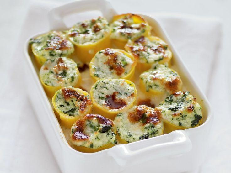 Cannelloni I cannelloni ripieni sono un primo piatto classico della cucina italiana. A base di pasta sfoglia all'uovo si possono farcire con il ripieno che più si preferisce, per esempio ricotta e spinaci oppure regù alla bolognese.