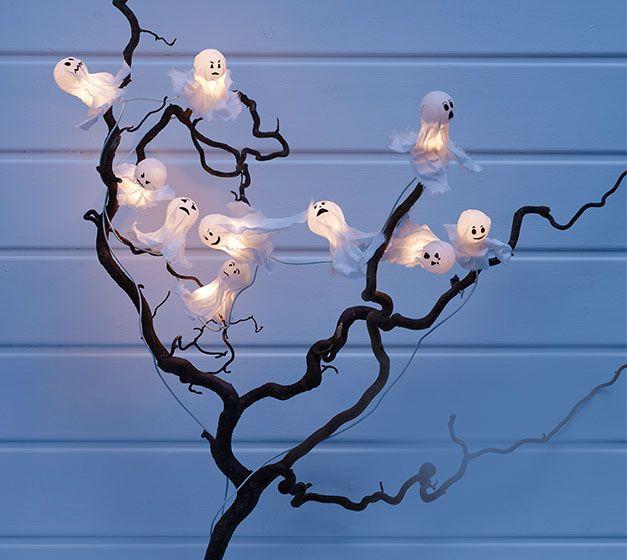 """Uma decoração assustadora é o que merece o Halloween! Que tal uma guirlanda de fantasmas radiantes, que pode ser feita por você? Aqui nós vamos mostrar como fazer este item para """"assustar"""" a sua festa. Muito fácil e em especial para aqueles que gostam de fazer suas próprias coisas, e que querem dar uma luz a este pequeno fantasma."""