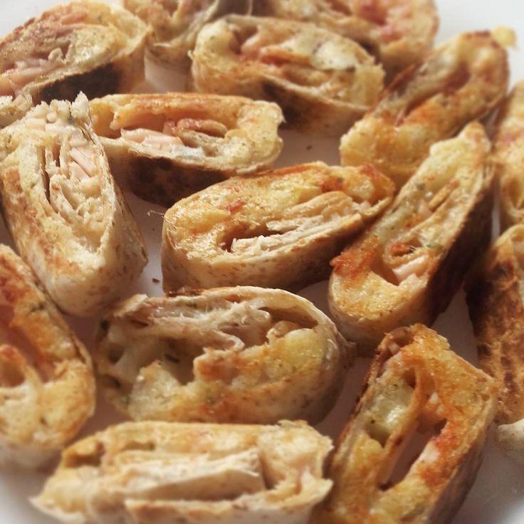 #pornfood #cheese #roll #food #homemade #chicken #quesadilla #tagforlikes #picoftheday #CH #fit #fitfood? - - - - - Hace un par de días tuve esta idea para hacer de comer: básicamente es como quesadillas pero enrollado. Los hice con tortitas integrales, queso emmental rallado, queso de cuña cortado en dados, pollo en loncha picado, y un toque de orégano y cayena. Sencillo, con ingredientes que no supone pecar demasiado, y lo más importante, bastante rico. Se puede mojar tbn un poco en…