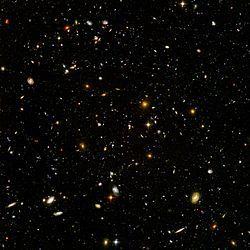 Astronomi – Wikipedia Om man riktar ett mycket kraftfullt teleskop mot ett till synes stjärnfritt och tomt område på himlen får man en bild som denna av Rymdteleskopet Hubble. Bilden, kallad Hubble Ultra Deep Field, visar mängder med galaxer av alla sorter, många lika stora eller större än Vintergatan.