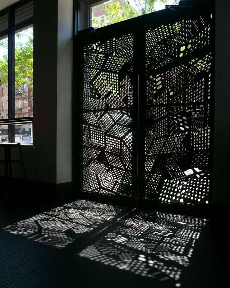 porte extérieure en panneau occultant en métal perforé noir