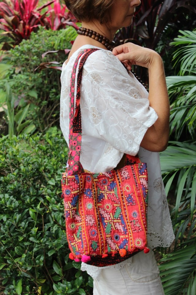 The square base of the LALOOM Raja Handbags, makes for easy searching, and allows extra spaciousness within the hanbag