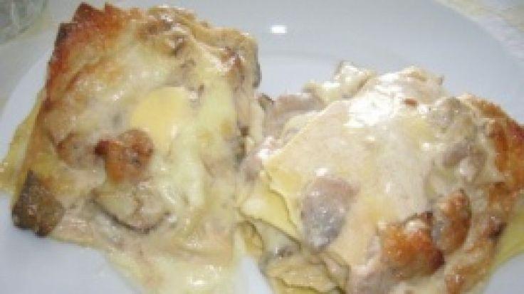 Lasagna rustica bianca ai funghi, formaggi e salsiccia