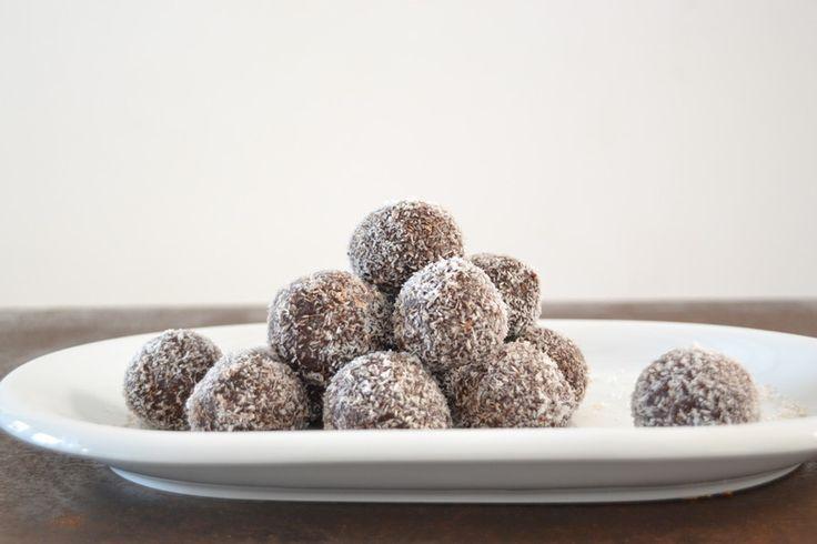 Chocoballen snack - 200 gram dadels 170 gram verschillende noten 60 ml kokosolie 2 eetlepels rauwe cacao 1 eetlepel chia zaden