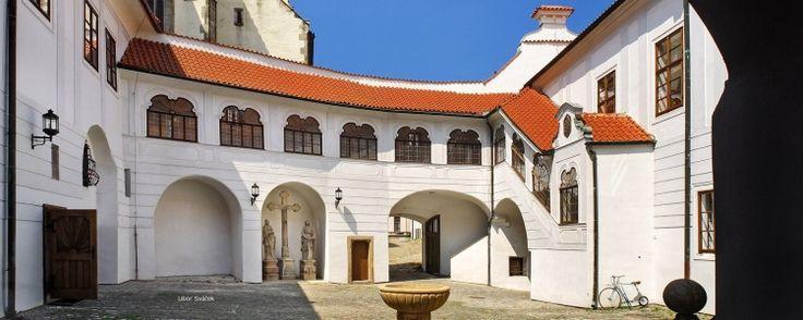 Cesky Krumlov: de parel van Zuid-Bohemen. Tsjechie.  Het Tsjechische stadje Český Krumlov ligt in Zuid-Bohemen, op zo'n drie uur rijden van Praag en vlak bij het populaire Lipnomeer. CeskyKrumlov en het Lipnomeer zijn de ingredienten voor een prachtige vakantie in Tsjechië. Het stadje heeft wel 300 historische gebouwen, waaronder het oudste barokke theater ter wereld en het grootste kasteel van Tsjechië op de Praagse burcht na. Lees meer in ons blogbericht.
