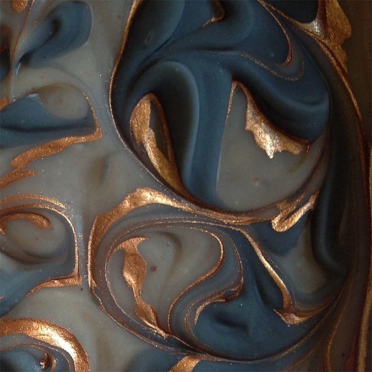 Håndlaget såpe farget med leire og aktivt kull