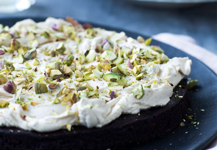 Hver en bid er luksus for chokoladeelskeren. Kagen er fyldig, intens og klæg med en god smag af både chokolade, kaffe og knasende nødder