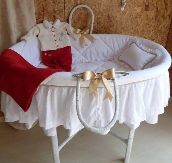 Moisés em vime branco, decorado nas cores do quarto do bebê. Pode ser feito também em vime cor natural. (conjunto de roupinha não incluso). O kit não é vendido separadamente. R$ 950,00