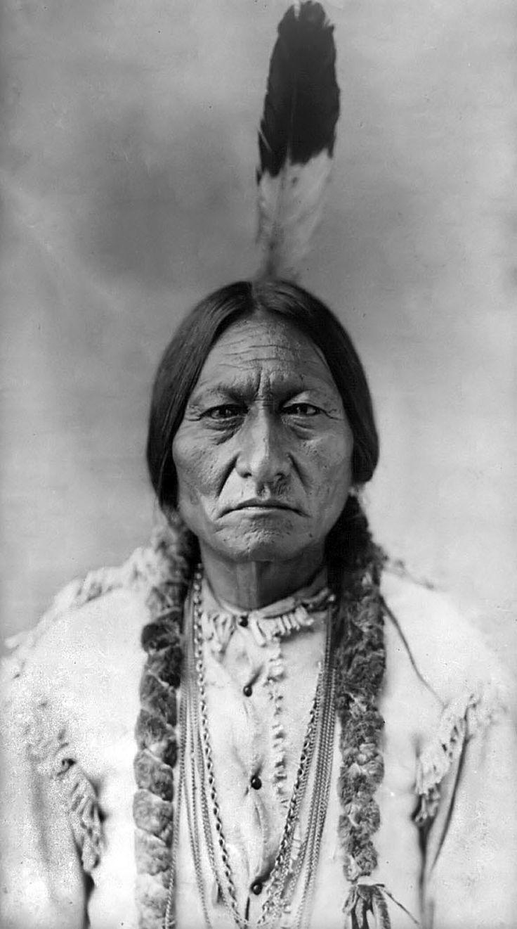 Sitting Bull: Sitting Bull, a refusé d'ordonner à ses gens d'arrêter la «Danse de l'esprit», et en conséquence a été arrêté et tué. Cette acte qui a conduit deux semaines plus tard au massacre infâme de Wounded Knee, (29 décembre 1890) où 153 Indiens Sioux, principalement des femmes et des enfants, ont été inutilement massacrés par l'armée américaine. Mais l'esprit indien n'a pas été abattu avec eux. La «Danse de l'esprit» continue à ce jour.