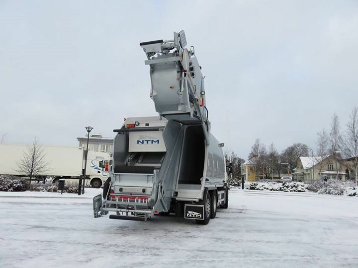 Refuse Truck NTM KG2B-HL SCANIA, Podniesiony odwłok śmieciarki dwukomorowej do zbiórki dwóch frakcji odpadów jednocześnie NTM KG-2B-HL na podwoziu Scania, Recycling Truck NTM