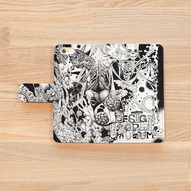 『Chaos/伊藤仁美 Itou Hitomi』(iPhoneケースOUTSIDE) 2013全日本アートサロン絵画大賞展入選、2014専門学生対象ジーンズメイトTシャツデザインコンテストロゴ部門入選。 ペンと鉛筆オンリーの緻細なモノクロ画により摩訶不思議な世界を描く女性イラストレーター『伊藤仁美』。iPhoneケース用に書き起こしたこの作品、「日々目にする物なので、見るたびに発見があるように様々なモチーフを描き込みました。」とのこと。