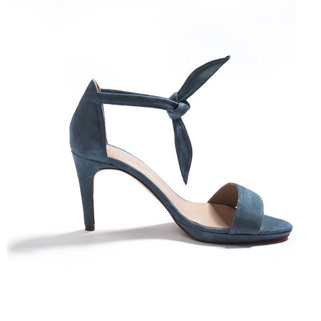 Dans la série vivement le printemps avec ces formidables escarpins à talon nommés Duras qui arrivent d'un pas féminin et glamour On en est dingue... #new #nouvellecollection #nouveautés #printemps #mariage #wedding #balzacparis #balzac #balzac_paris #talon #glamour #shoesaddict #printemps