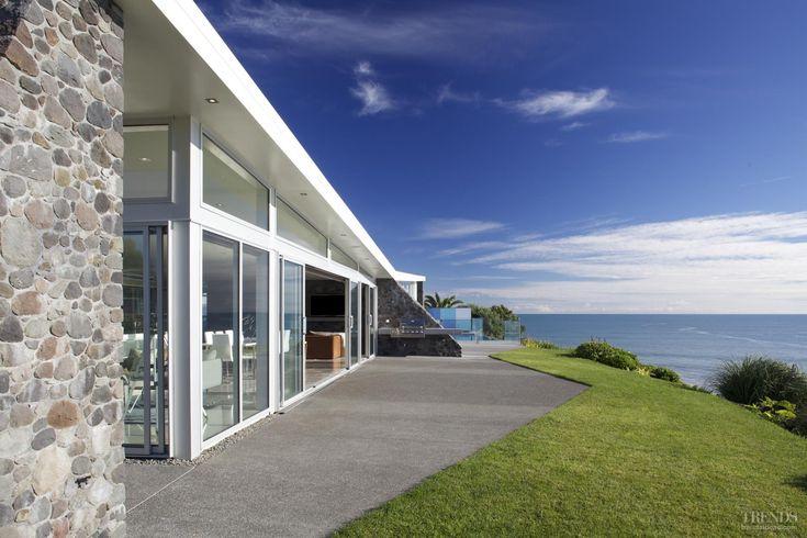 long, low coastal home by Michael Mansvelt