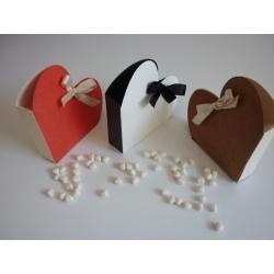 Cajita armada en forma de corazon  bicolor con dulces de menta, ideal  para recuerdos para boda o despedida.
