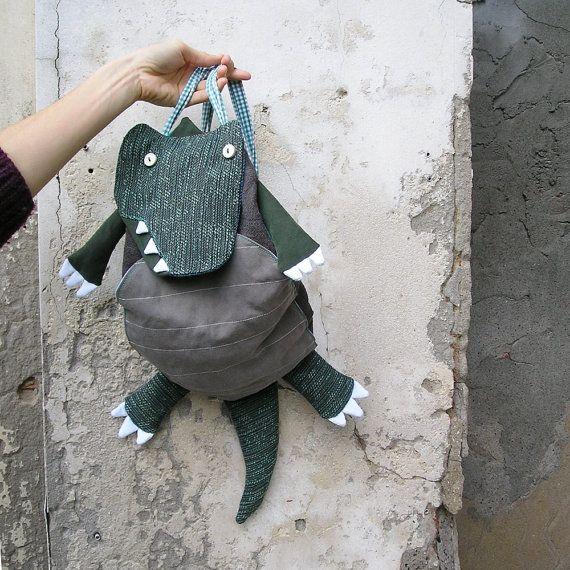 Zainetto Dinosauro per bambini e bambine http://www.lagagiandra.org/ https://www.facebook.com/LaGagiandra https://www.etsy.com/it/shop/LaGagiandra