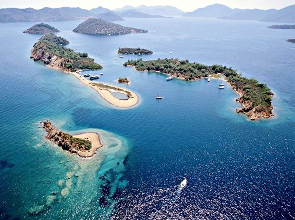 Doğal güzelliğiyle ünlü ve mercan kayaları ile çevrili olan Yedi Adalar, Gökova'ya tekne ile yapılan mavi yolculukların en güzel uğrak noktalarından biri.  #Maximiles #Turkey #Türkiye #deniz #plaj #denizmanzarası #gezilecekyerler #gidilecekyerler #koylar #plajlar #doğa #doğamanzarası #doğamanzaraları
