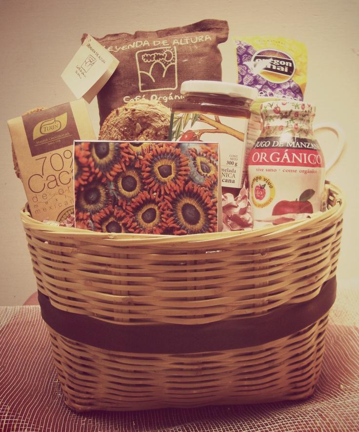 The Organic Breakfast Basket incluye productos mexicanos 100% orgánicos como mermelada de ciruela, jugo de manzana, pan artesnal con linaza, café de Altura y chocolates de Cacao natural. $490