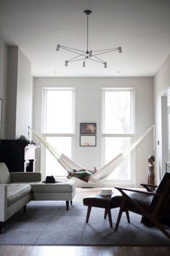 Rede na decoração, dentro de casa. Rede no estilo de decoração mais http://conexaodecor.com/2017/11/15-inspiracoes-de-rede-na-decoracao-dentro-de-casa/minimalista na sala.