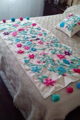 pie de cama y almohadones en bordado mexicano.