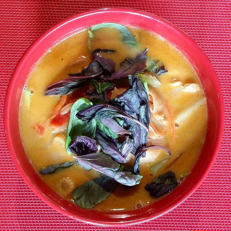 Thai Yellow Curry/Тайский желтый карри. Мои вкусовые рецепторы наверное сошли с ума: специи соусы кокосовое молоко овощи лемонграсс листья лайма ананас зелень - более 20 ингредиентов в этом густом супе.  #sogood #goodfood #eeeeeats #feedfeed #soup #gourmet #mmm #f52grams #gastronomia #huffposttaste #buzzfeast #yummyfood #forkyeah #вкусняшки #gastronomy #buzzfeedfood #yummie #eatfamous #deliciousness #yahoofood #myfab5 #food52 #deliciousfood #spoonfeed #foodgawker #gastropost #mmmmm…