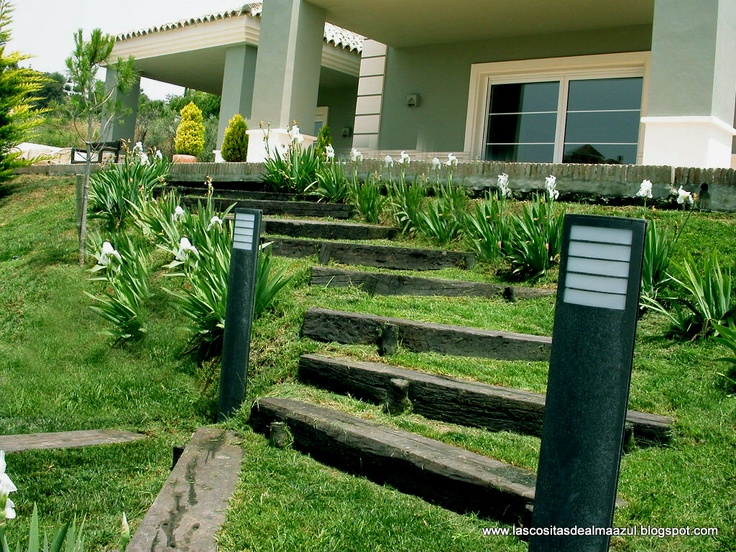 Detalle de las escaleras de madera para bajar al ajrd n - Jardines en pendiente ...