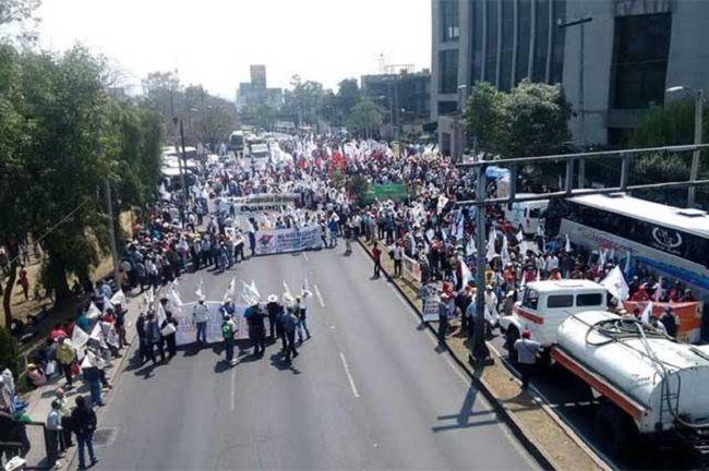 Campesinos Plan de Ayala bloquean la Constituyentes - http://www.notimundo.com.mx/mexico/campesinos-plan-ayala-constituyentes/