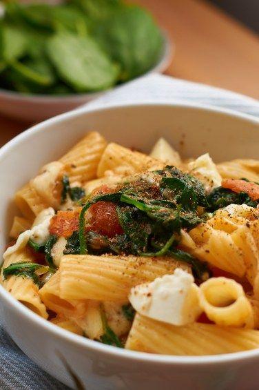 Pasta mit Tomaten und frischem Spinat   Pasta with Tomatoes and fresh Spinach   Rezept auf carointhekitchen.com #Pasta #Tomatoe #Spinach #Recipe #Nudeln #Tomate #Spinat #Rezept