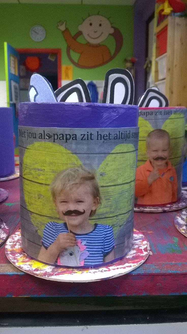 * Pennenhouder! Kartonnen rol door de verf rollen, foto van kleuter erop. Foto genomen met snorretje en tekst: met jou als papa zit het altijd snor. Rol is gekleefd op bierviltje.